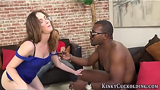 Babe cuckolds for facial